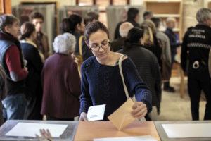 Una mujer deposita su voto en la urna el pasado 28 de abril en Valencia.