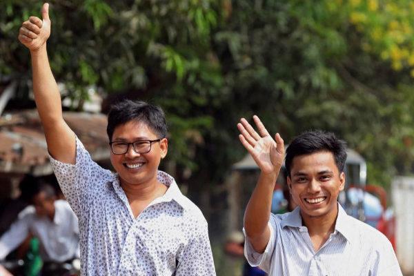 Los reporteros de Reuters Wa Lone (i) y Kyaw Soe Oo (d), tras ser liberados de la prisión de Insein.