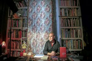 Alberto Adsuara posa, a sa casa, per a ARTS.