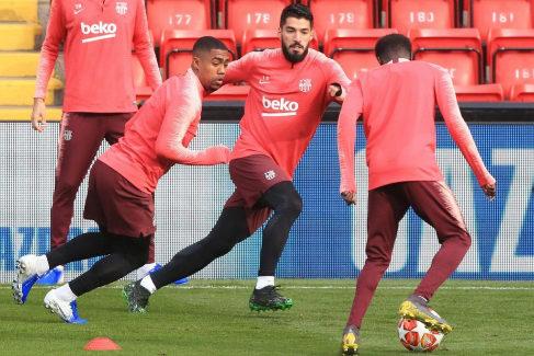 Luis Suárez (c) y Malcom, durante el entrenamiento en Anfield.