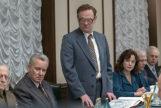 Jared Harris (de pie), Stellan Skarsgaard (a su izquierda) y Emily Watson, en 'Chernobyl'.