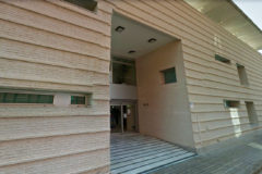 Puerta principal del consultorio de salud de Parque Alcosa en Alfafar.