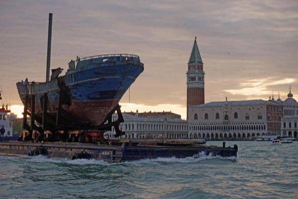 EPA4631. VENECIA (ITALIA).- Fotografía de la llegada de la obra del...