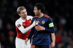 El defensa del Arsenal, Nacho Monreal, junto a Parejo en el duelo en el Emirates de la pasada semana.