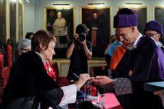 Juan Carlos Izpisúa recibe de manos de la rectora de la Universitat de València, Mavi Mestre, los atributos de doctor.