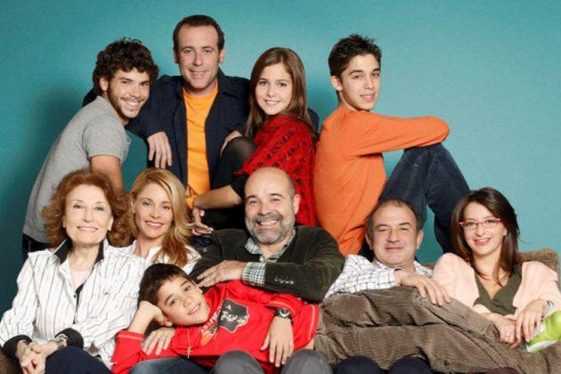 Foto promocional del reparto de Los Serrano, serie de Telecinco con un...