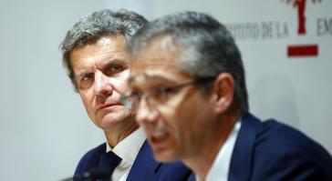 Francisco J. Riberas, al fondo, escucha al gobernador del Banco de España, Pablo Hernández de Cos.
