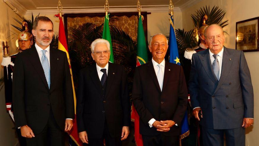 Los Reyes Juan Carlos y Felipe, con los presidentes de Italia y Portugal, Sergio Mattarella y Marcelo Rebelo de Sousa este martes en Nápoles.