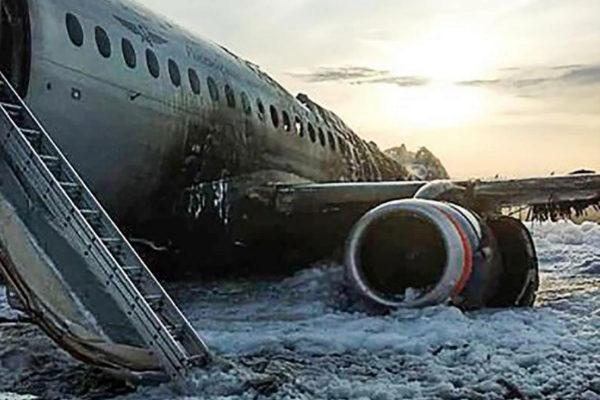 Los restos del avión accidentado, el Sujoi Superjet 100 de Aeroflot, en Moscú.