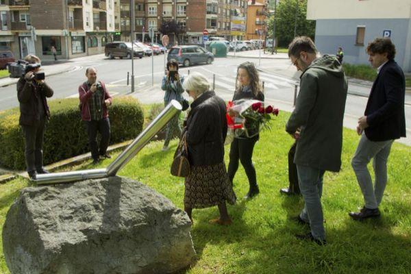 La viuda  y representantes del PSE en el homenaje a López de Lacalle.