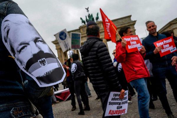 Un grupo de manifestantes pide la liberación de Assange, en Berlín.