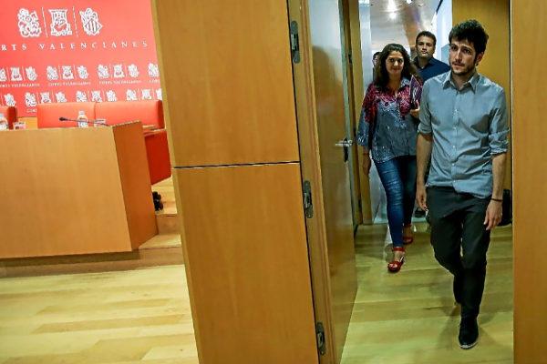 El líder de Podemos, Antonio Estañ, junto a los diputado Fabiola Meco y César Jiménez.
