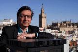 Eduardo Manzano, con la Giralda y la Catedral de Sevilla al fondo.