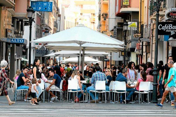 Zona de terrazas en la calle Castaños, donde en los últimos años han proliferado los restaurantes y los vecinos se quejan del 'tardeo'.