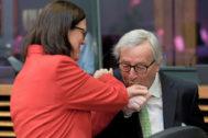 El presidente de la Comisión Europea, Jean-Claude Juncker, besa la mano de la comisaria de Comercio, Cecilia Malmström, ayer en Bruselas.