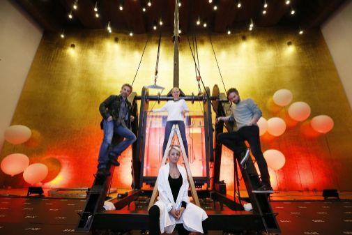 Toni Marsol, Alba Fernández, Josep Vicent y Zamira Pasceri, en el escenario del Adda, donde ultiman los preparativos para el estreno del sábado en Alicante.