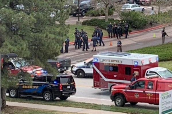Fuerzas de seguridad y equipos de rescate en la STEM School de Denver.