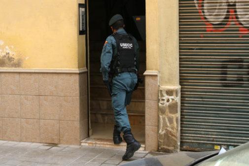 Uno de los agentes que intervino ayer en la operación se introduce en el bloque de viviendas.