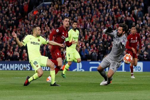 Alisson hace una parada a Jordi Alba en Anfield.