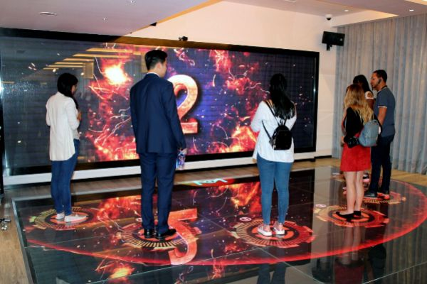 RECEPCIÓN. Una enorme pared pantalla da la bienvenida a los huéspedes que pueden hacer el registro a través de una aplicación en sus propios teléfonos móviles o a través de unos mostradores con pantallas inteligentes.
