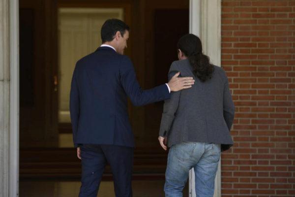 Pedro Sánchez y Pablo Iglesias, momentos antes de su reunión en La...