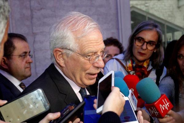 El ministro de Asuntos Exteriores, Josep Borrell, atiende a la prensa en la Casa del Mediterráneo de Alicante.