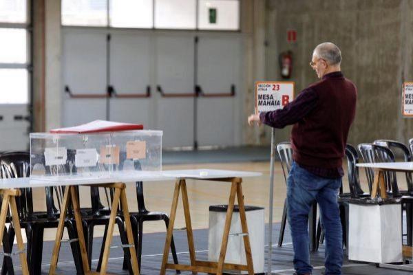 Un funcionario prepara un colegio electoral en Vitoria.