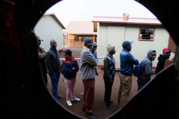 La gente hace cola para votar en un colegio electoral en Marikana.
