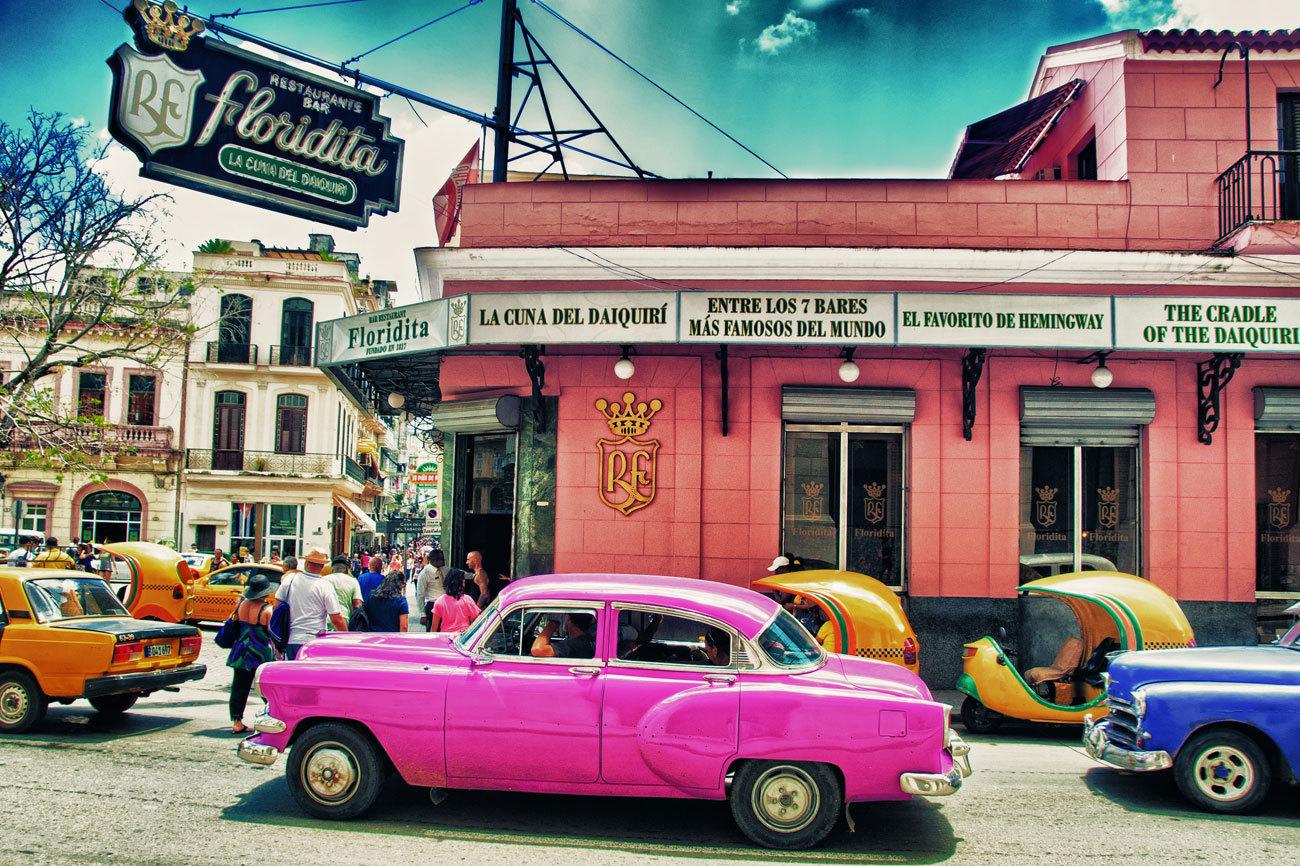 """""""<strong>Para los cubanos fue un mito</strong>. Un hombre apasionado que viajó por todo el mundo, que estuvo en todos los conflictos bélicos de su tiempo, en ocasiones al borde de la muerte, y que vivió en Cuba durante dos décadas"""", explica Elsa, guía oficial de La Habana. La admiración por Ernest Hemingway, amén del reclamo turístico que supone, es palpable en la isla. Ocurre, además, que los lugares favoritos del premio Nobel siguen siendo tan populares e imprescindibles como en su época."""