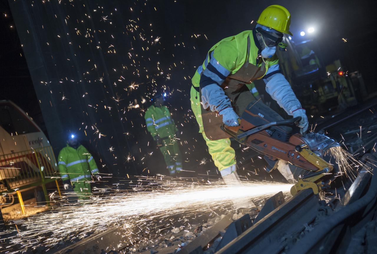 Obrero trabajando en las obras del Metro de Madrid