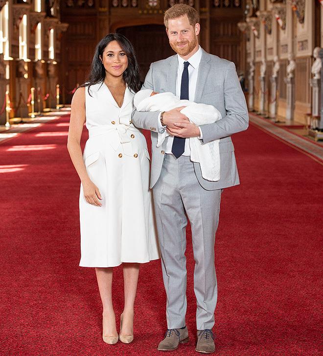 Meghan, de blanco y con taconazo para presentar a su bebé, Archie Harrison  | Moda