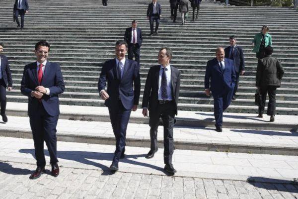 El presidente del Gobierno, Pedro Sánchez (d) saluda al Ministro de...