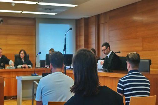 El acusado, con un suéter de rayas, en el juicio por homicidio de este miércoles en Castellón.