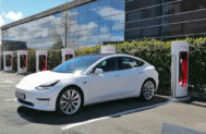 Un Tesla Model 3 cargándose en Getafe (Madrid).