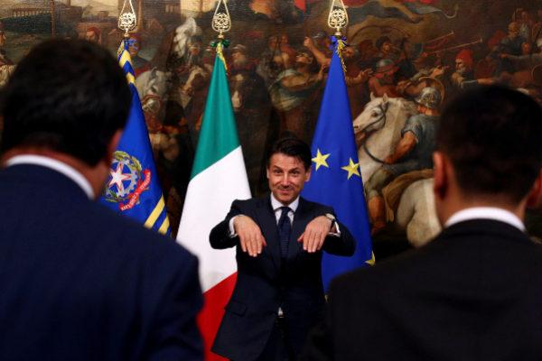 Conte llama a Salvini y a Di Maio para posar juntos ante las cámaras, en 2018, en Roma.
