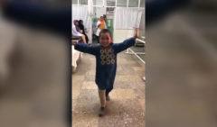 Un niño afgano celebra su nueva pierna