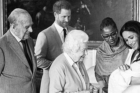 Meghan Markle y el príncipe Harry  presentan  a su hijo y anuncian su nombre: Archie