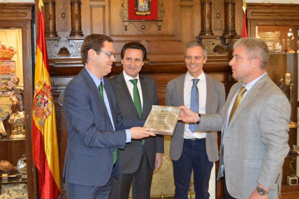 Tomás Lozano, Francisco Lozano y Javier Sala reciben el reconocimiento de General Electric Hitachi.