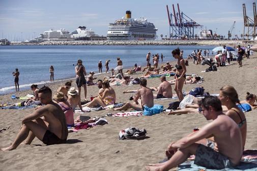 La gente disfruta de las temperaturas en la playa en La Malagueta