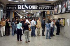 Un grupo de gente hace cola a la entrada de los cines Renoir de Madrid.