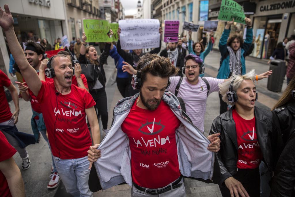 'Charanga eurovisiva' por el centro de Madrid, con activistas...