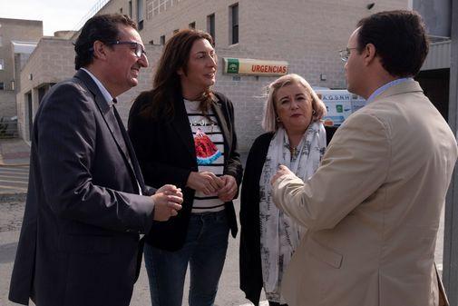 Loles López (en el centro), durante su visita este miércoles al hospital Juan Ramón Jiménez de Huelva.