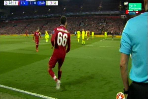 Alexander-Arnold observa a Origi y lanza el pase de gol.