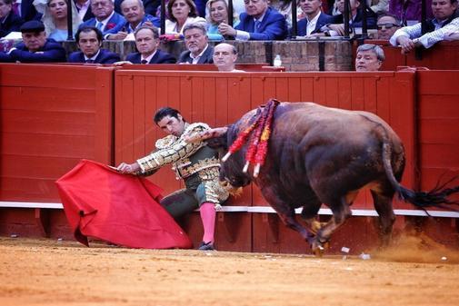 Cayetano Rivera empieza la faena al sexto toro de la tarde sentado en el estribo, este miércoles, en la Maestranza