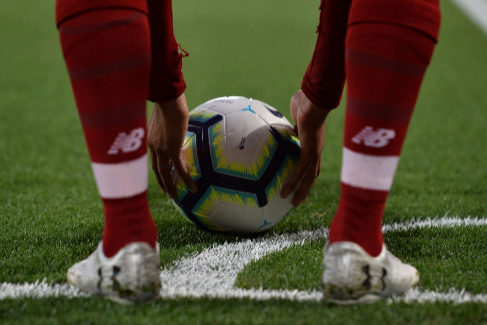 Liverpool (United Kingdom).- Liverpool's Trend <HIT>Alexander</HIT> <HIT>Arnold</HIT> takes a <HIT>corner</HIT> kick during the English Premier League match between Liverpool FC and Huddersfield at Anfield, Liverpool, Britain, 26 April 2019. (Reino Unido) EPA/ EDITORIAL USE ONLY. No use with unauthorized audio, video, data, fixture lists, club/league logos or 'live' services. Online in-match use limited to 120 images, no video emulation. No use in betting, games or single club/league/player publications