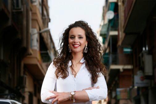 Isabel Bartual, en el barrio de Carolinas, donde Conchi Beneyto lleva la indumentaria oficial de las adultas.