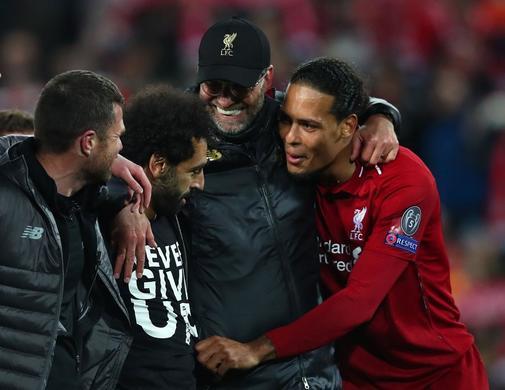 Klopp abraza a Salah y Van Dyck al acabar la semifinal.