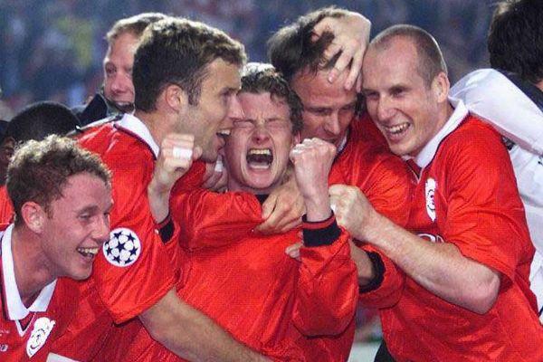 El United celebra el gol de Solskjaer (c.) en el 99