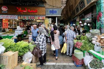 Iraníes compran ingredientes para la cena de final de Ramadán.