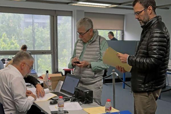 Mesa de votación instalada en la sede de la Cambra de Comerç de Barcelona.